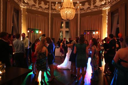 Discocrew drive-in show dj bruiloft den haag licht geluid speciaal feest disco huren inhuren bruiloft zuid-holland